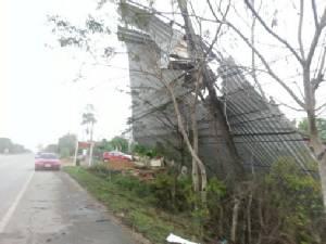 พายุฤดูร้อนถล่มเมืองนครพนม ไฟฟ้าดับหลายหมู่บ้าน