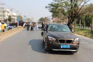 หนุ่มจีนขับบีเอ็มฯ จากยูนนาน ถึงเชียงรายไม่คุ้นเลนหักขวากะทันหัน สาวขับปิกอัพตามหลังชนท้ายเต็มแรง