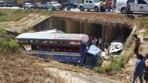กระบะเสียหลักตกถนนทับรถ 6 ล้อรับส่งนักศึกษามหาวิทยาลัยศิลปากร เจ็บ 3 ราย