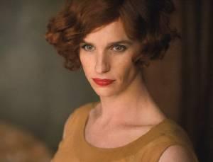 """ภาพแรกเจ้าของออสการ์ """"เรดเมย์น"""" แต่งสวยรับบทหญิงข้ามเพศคนแรกของโลก"""