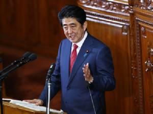 """สื่อญี่ปุ่นตีข่าวพรรครัฐบาลรับเงินบริจาคผิดกฏหมาย """"อาเบะ"""" ส่ายหัวบอกไม่รู้เรื่อง"""