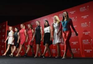 """""""8 โปรสาว"""" ห่มชุดสวยเดินแบบ ก่อนลุยศึก HSBC"""