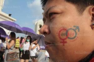 """กลุ่มสตรี เดินขบวนรณรงค์ """"วันสตรีสากล"""" ร้องรัฐร่างรธน.ใหม่ขอความเท่าเทียมทางการเมือง"""