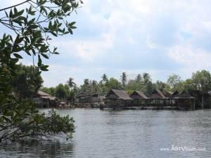 """ล่องเรือชมป่าโกงกาง แวะชิมซีฟูดสดๆ ที่ """"กระชังขนาบน้ำวิวซีฟู๊ด"""" บ้านเกาะกลาง กระบี่"""