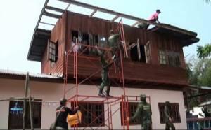 ทหารค่ายสรรพสิทธิประสงค์ อุบลฯ รุดซ่อมบ้านประชาชนถูกพายุพัดพัง