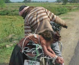 ภาพสลด!!พ่ออินเดียมัดลูกสาวติดเบาะจยย.พาไปส่งโรงเรียน