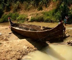 ชาวตรังแตกตื่น! จู่ๆ เรือไม้ตะเคียนโบราณอายุร้อยปีโผล่ขึ้นมากลางคลอง