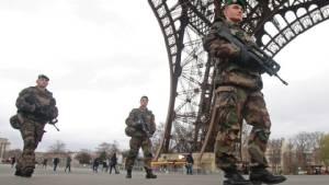 """ฝรั่งเศสชี้ก่อการร้าย """"ภัยถาวร"""" ของแดนน้ำหอม หวั่นอัลกออิดะห์ - IS แข่งกันโจมตี"""