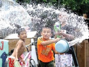 รู้ทันวันสงกรานต์ด้วย 5 วิธีรับมือชั่วโมงมหาเปียก