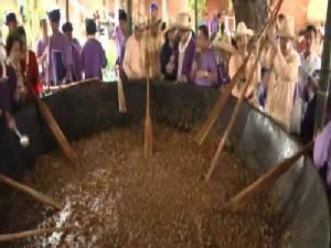 ลำปางปรุงแกงฮังเลในกระทะยักษ์แจกจ่ายประชาชนในเทศกาลสงกรานต์