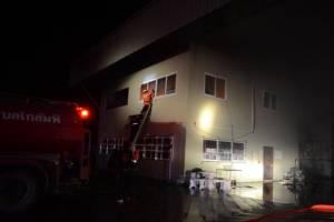 ไฟไหม้โรงอบลำไยวังเจ้า หวิดลามห้องเก็บโพแทสฯ-สาวบัญชีกระโดดตึกหนีตายเจ็บ 2 (ชมคลิป)