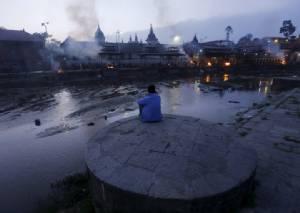 """เนปาลรับ """"หมดหวัง"""" พบผู้รอดชีวิต ยอดตายดินไหวพุ่งทะลุ 6,700 บาดเจ็บกว่า 14,000"""