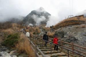 """ญี่ปุ่นสั่งปิดเส้นทางเทร็กกิงที่ """"ฮาโกเน"""" หลังภูเขาไฟส่อปะทุ"""