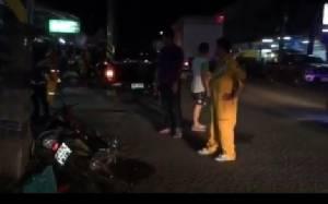 หนุ่มดวงซวยขี่รถ จยย.ถูกรถยนต์กระบะที่เสียหลักไถลมาจากอีกเลนพุ่งเข้าชนเสียชีวิต