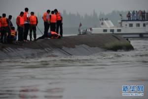 กู้เรือท่องเที่ยวจมแม่น้ำแยงซียังระทึก แข่งกับเวลาช่วยผู้โดยสารที่อาจรอดชีวิตอยู่ข้างใน (ชมภาพ&คลิป)