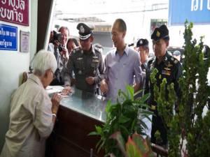 ผู้ว่าฯ ชลบุรี ร่วม มทบ.14 ออกตรวจร้านขายหวยราคา 80 บาท ตามนโยบายรัฐบาล