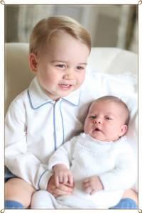 """In Pics : พระราชวังเคนซิงตันเผยภาพโคลสอัพสุดประทับใจ """"เจ้าหญิงชาร์ล็อตต์วัย 2 สัปดาห์"""" ในอ้อมแขนเจ้าชายจอร์จพระเชษฐาเป็นครั้งแรก"""
