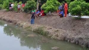 หญิงชาวสวนเมืองอ่างทองวัย 50 ออกมารดน้ำต้นไม้ตกคูดับ