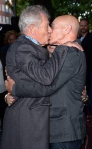 """คู่จิ้นวัยดึก """"เอียน แม็คเคลเลน – แพทริค สจ๊วร์ต"""" จูบปากโชว์ความซี้"""