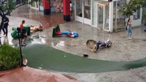 """เอาฮา! ชาวเน็ตแห่แชร์ภาพ """"เทพเจ้าสายฟ้า ธอร์"""" เจ๋งสุดๆ ขณะที่เพื่อนฮีโร่มาร์เวล ล้มระเนระนาดหลังพายุฝนถล่มเมเจอร์ รัชโยธิน"""