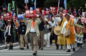 """คะแนนนิยม """"อาเบะ"""" ตกต่ำสุดในรอบกว่า 2 ปี ท่ามกลางกระแสต้านเปลี่ยนนโยบายกองทัพญี่ปุ่น"""