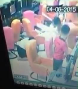 [ชมคลิป] เสื่อมทราม! โจ๋รุมสกรัมเด็กในร้านเกม ผู้หญิงเข้าห้ามโดนเก้าอี้ฟาด