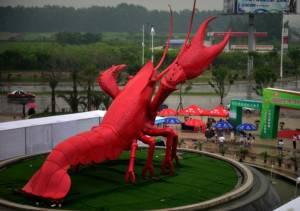 เอ๊ะ! กุ้งหรือกั้ง? รูปปั้นสัตว์น้ำยักษ์ใหญ่ที่กำลังเป็นคำถามคาใจชาวจีน