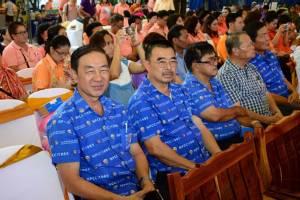 """นครปฐมเปิดงาน OTOP """"ก้าวไกลสู่อาเซียน ไทยช่วยไทย คนไทยยิ้มได้"""""""