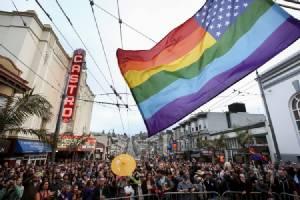 """ชาวสีม่วงเฮชัยชนะครั้งประวัติศาสตร์! ศาลสูงสุดสหรัฐฯ รับรองสิทธิ์ """"แต่งงาน"""" ของคู่รักร่วมเพศ-มีผลบังคับทั้ง 50 รัฐ"""