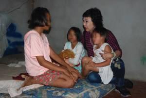 สุดเวทนา! เด็กหญิง 3 พี่น้องศรีสะเกษแม่ติดคุกอยู่กันลำพัง ขอข้าวชาวบ้านกินประทังชีวิต