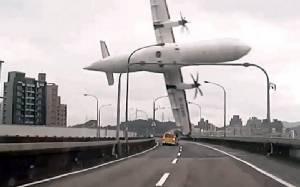 """กล่องดำชี้นักบินทรานส์เอเชีย """"ดึงคันเร่งผิด"""" ทำ ATR เครื่องดับร่วงแม่น้ำคร่า 43 ศพ"""