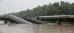 InPics & Clips : รถไฟตกคลองในปากีสถานตายหลายศพ สงสัยลอบก่อวินาศกรรม!!