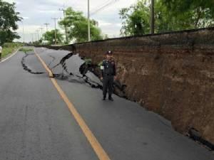 นักวิจัยชี้ถนนทรุดที่สระบุรีเพราะน้ำลดอย่างเร็ว
