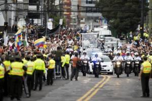 """In Pics :  โป๊ปฟรานซิสคืนถิ่น เริ่มทริป 9 วัน 3 ประเทศเยือนแถบลาตินอเมริกา """"เอกวาดอร์ - โบลิเวีย - ปารากวัย"""""""