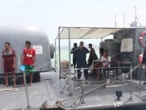 ทร.และ ตร.น้ำภูเก็ต ช่วยลูกเรือปลอดภัยทั้งหมด กัปตันเผยเกาะฝาลังเอาชีวิตรอด