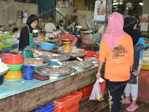 เบตงอาหารทะเลเริ่มขาดตลาด ราคาพุ่งหลังเรือประมงพาณิชย์หยุดจับปลา (ชมคลิป)