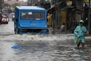 """ไต้ฝุ่น """"หลินฟ้า-จันหอม"""" พ่นพิษ ทำเมืองหลวงฟิลิปปินส์จมบาดาล   20,000 ชีวิตกลายเป็นคนไร้บ้านชั่วข้ามคืน"""