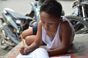 Aid after Filipino boy studying on street goes viral