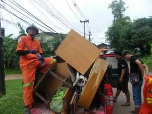 เทศบาลเมืองมุกดาหารส่ง จนท.ช่วยชาวบ้านขนของหนีน้ำท่วม