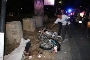 3 หนุ่มพม่าเมาซิ่ง จยย.พุ่งชนป้ายไฟตำรวจดับ 1 เจ็บ 2 ราย