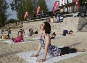 """Roxy  จัดกิจกรรม  """"Roxy Beach Namaste"""" พาสัมผัสสถานที่ท่องเที่ยวเมืองหัวหิน เล่นโยคะริมหาด"""