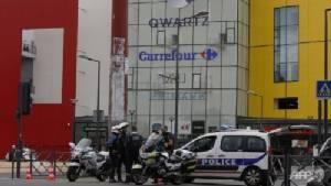 กลุ่มมือปืนบุกห้างสรรพสินค้าใกล้ปารีส คาดปล้นชิงทรัพย์ ตำรวจช่วยคนออกมาแล้ว 18 ราย