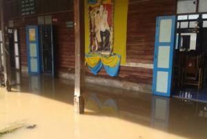 """ที่อื่นแล้งสาหัสแต่ """"เมืองช้าง"""" น้ำท่วมอ่วม! นักเรียน-ปชช.เดือดร้อนกว่า 600 หลังคา"""