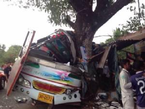 รถบัสซิ่งชนต้นไม้บาดเจ็บหลายราย ที่ถนนโคกมะกอก จ.ปราจีนฯ