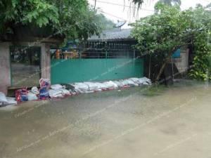 ระนองฝนยังตกหนักต่อเนื่อง น้ำเอ่อท่วมบ้านและถนน