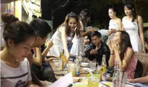 ภัตตาคารในเวียดนามเริ่มให้บริการใหม่แก่ลูกค้า -- ส่งขี้เมากลับบ้านด้วย GrabTaxi