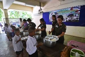 """ตชด.434 พัทลุงเลี้ยงอาหารกลางวันนักเรียน ถวายเป็นพระราชกุศลแด่ """"สมเด็จย่าฯ"""""""