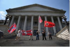 """In Pics : แขวนคอผิวดำ KKK อเมริกา แบกธงคอนเฟเดเรต-ธงสวัสดิกะนาซีเยอรมัน ปะทะกลุ่มป้องชีวิตคนผิวสี """"แบล็กแพนเตอร์"""" หน้าสภาท้องถิ่นรัฐเซาท์แคโรไลนา"""