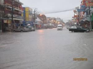 เร่งสูบน้ำลงโขงหลังฝนตกน้ำท่วมเมืองนครพนม