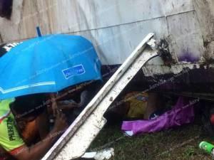 รถทัวร์บรรทุกนักท่องเที่ยวชาวจีนตกถนนบายพาสที่ จ.ภูเก็ต ทำผู้โดยสารเจ็บเพียบ